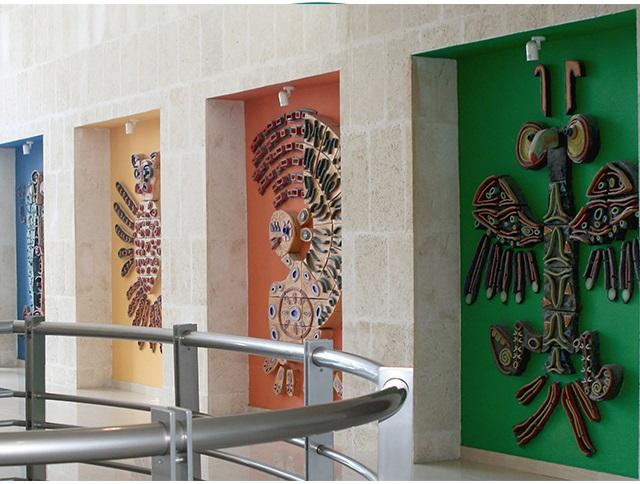 Conjunto de murales en el Centro de Negocios. 320x240 cm. Losas de cerámicas vitrificadas, esmaltadas con pigmentos, óxidos metálicos y vidrios fundidos. Figuras de cerámica modeladas a mano..png