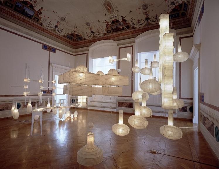 De la serie Nuevas arquitecturas (2003) Instalación. Papel de arroz, alambre, luz eléctrica.