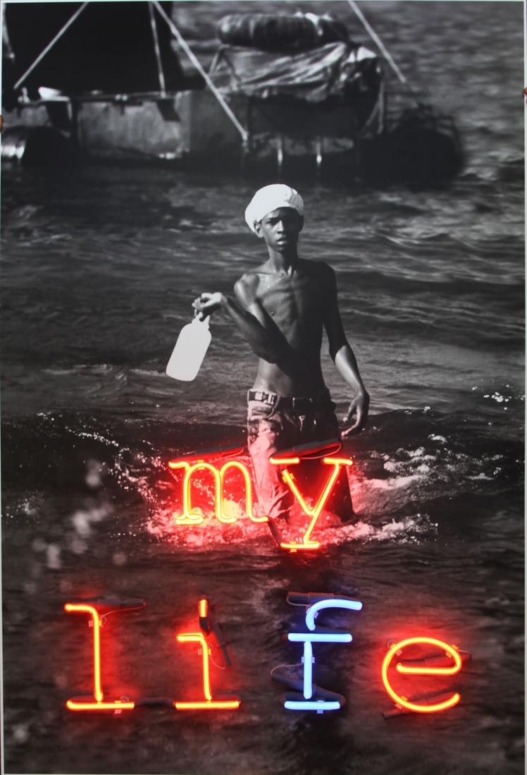 My life my lie. Caja de madera oxidada, impresión digital y neón , 2011_